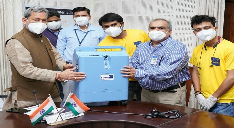 सेवा इंटरनेशनल संस्था ने CM तीरथ सिंह रावत को 5 ऑक्सीजन कंसेंट्रेटर्स किए भेंट