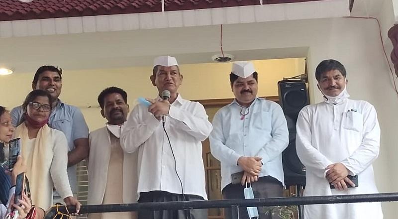 हरदा व पीसीसी अध्यक्ष गणेश गोदियाल ने कांग्रेस का झंडारोहण कर किया चुनाव का आगाज